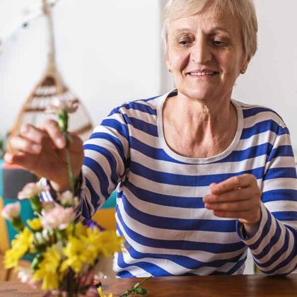 retired women benefiting from Kratom powder